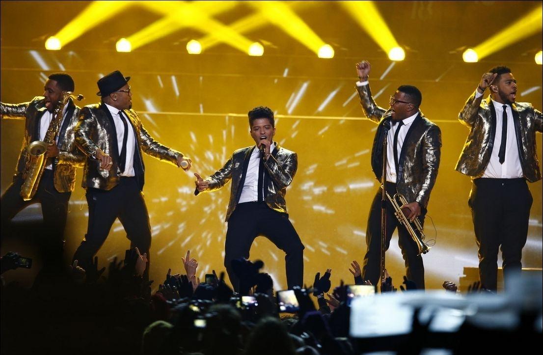 Bruno-Mars-And-Band-Performing-Super-Bowl-Halftime-2014 in Bruno Mars Super Bowl 2014