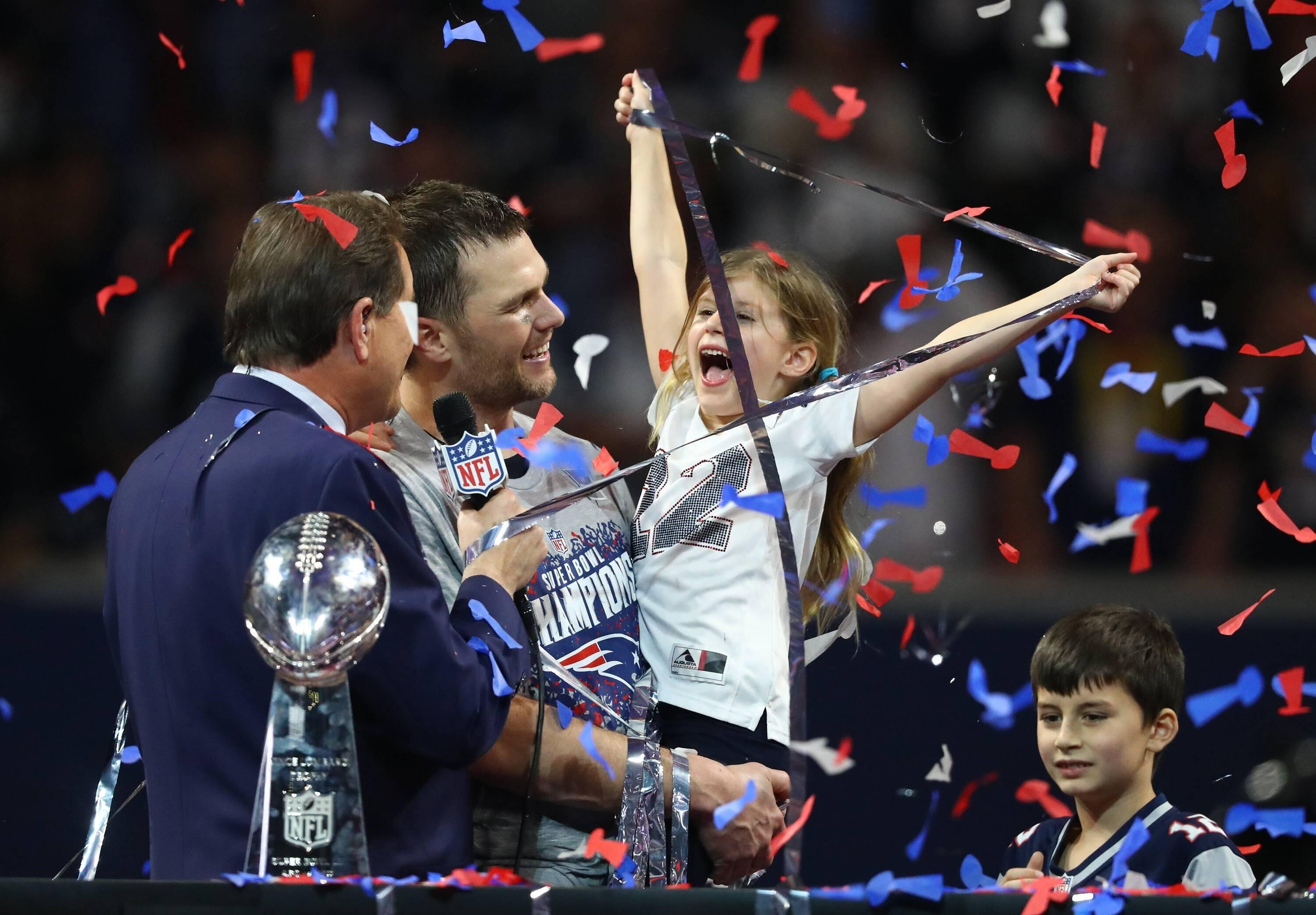 Super Bowl 2019: Die Kleine Vivian Stiehlt Ihrem Papa Tom with regard to Super Bowl 2019 Tom Brady
